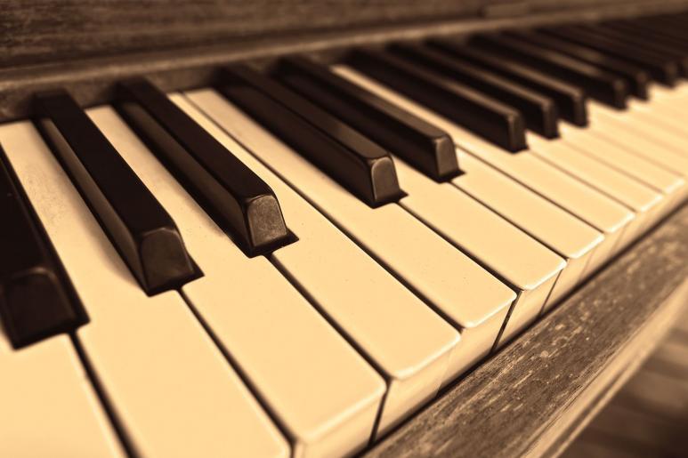 Blick auf ein Piano