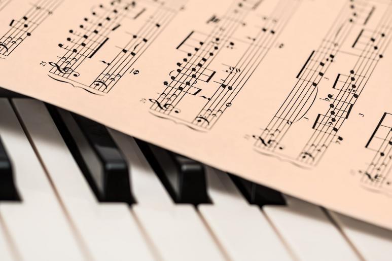Noten liegen auf einem Klavier